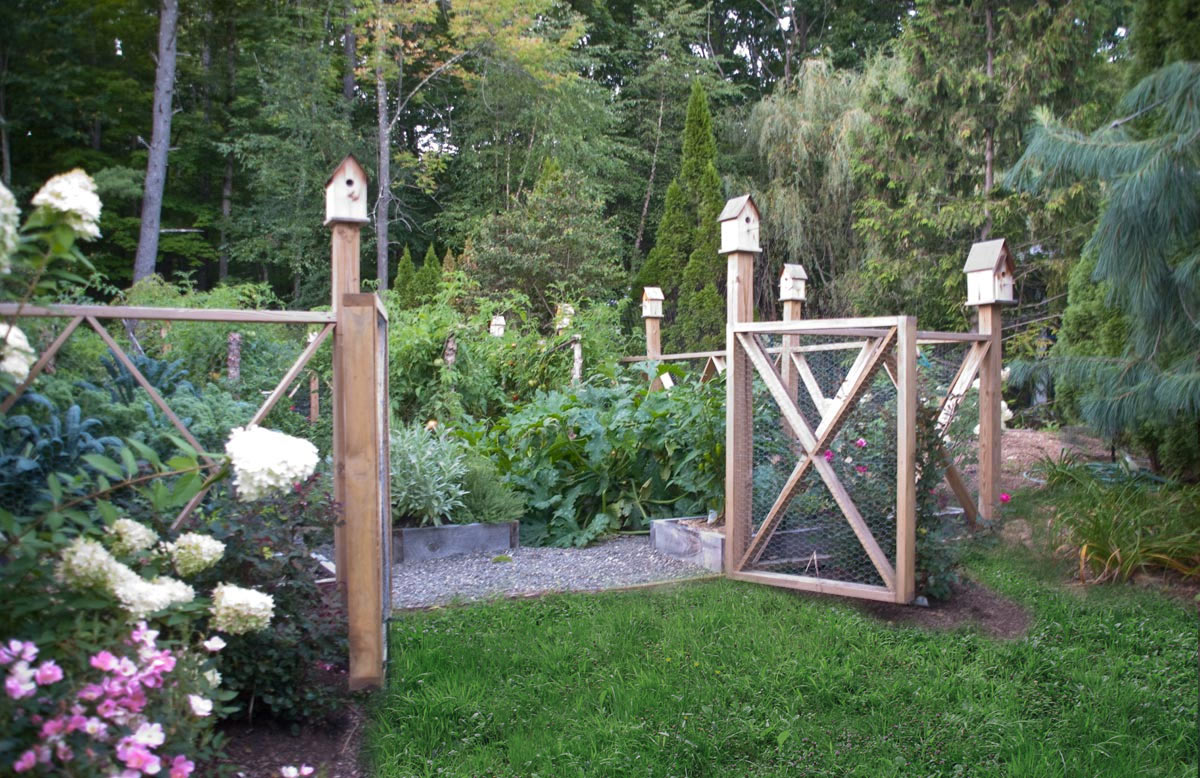 Charmant A Cedar Decorative Fence And Birdhouses Surround An Organic Vegetable Garden
